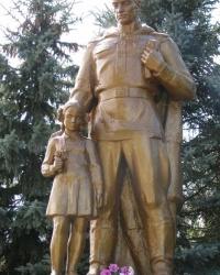 с. Черныш. Братская могила и памятный знак погибшим односельчанам.