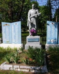 с. Боровики. Братская могила и памятный знак погибшим односельчанам.
