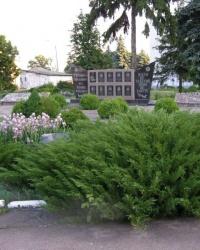 г.Борзна. Братская могила и памятный знак Героям-землякам