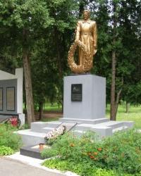 м. Заводське (б.Червонозаводське). Братська могила і пам'ятний знак загиблим землякам