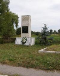 с. Деснянка. Братская могила и памятный знак погибшим односельчанам.