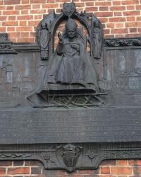 м. Краків. Меморіальна дошка папі Іоанну Павлу ІІ на фасаді Маріацького костелу.