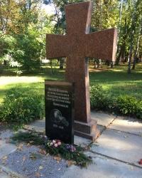м. Остер. Пам'ятний знак землякам, що загинули у 2-й світовій війні.