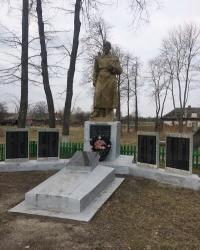 с. Іванівка. Братська могила і пам'ятний знак загиблим односельцям.