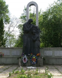 с.Клочков. Братская могила и памятный знак односельчанам.