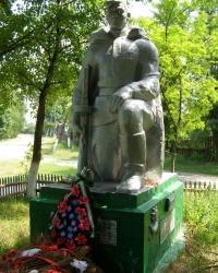 с.Клубовка. Братская могила и памятный знак погибшим односельчанам.