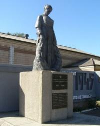 с. Комар. Братська могила і пам'ятний знак загиблим односельцям.