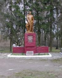 с. Кіпті. Братська могила і пам'ятний знак загиблим односельцям.