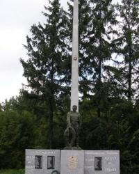 Братская могила и памятный знак погибшим односельчанам на станции Круты.