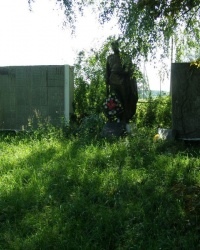 с.Левковичи. Братская могила и памятный знак погибшим односельчанам.