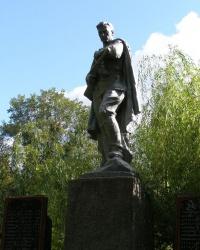 с. Лучка. Братская могила и памятный знак погибшим односельчанам.