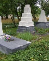 с.Лукашовка. Группа братских могил.