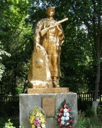 с.Малый Листвен. Братская могила и памятный знак погибшим односельчанам.