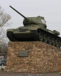 Памятный знак (танк Т-34-85) воинам-освободителям в г.Нежин