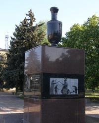 смт Велика Новосілка. Пам'ятний знак на честь заснування селища.