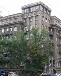 м. Київ. Будинок № 2 по вул. Пирогова.