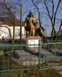 с.Павловка. Братская могила и памятный знак погибшим односельчанам