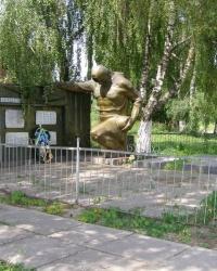 с.Петрушин. Братская могила воинов и памятный знак погибшим односельчанам.