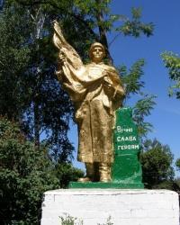 с.Пушкари. Братская могила и памятный знак погибшим односельчанам