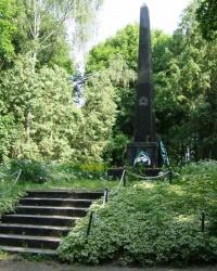с.Роище. Братская могила и памятный знак погибшим односельчанам.
