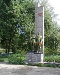 г.Носовка. Братская могила воинов и памятный знак погибшим работникам сахарного завода