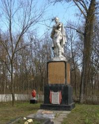 с. Сенча. Братская могила и памятный знак погибшим односельчанам