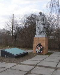 с. Топчиевка. Братская могила и памятный знак погибшим односельчанам
