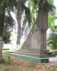 с.Волосковцы. Братская могила и памятный знак погибшим односельчанам