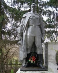 с. Золотинка. Братская могила и памятный знак погибшим односельчанам.