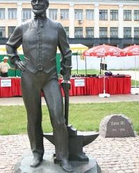 Памятник основателю Донецка
