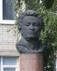 Бюст О.С. Пушкіна біля Кіровоградського університета