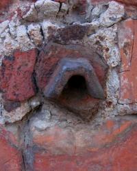 Разрушенный репер на углу улиц Конева и Большой Гончаровской