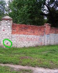 Пара ПП на кирпичном заборе, проспект 50-летия СССР