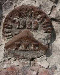 Репер 1929 года и ПП на углу заводской ограды, ул. Краснооктябрьская