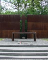 Кладбище жертв тоталитаризма в лесопарке Харькова