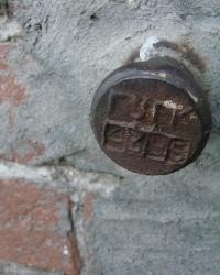Репер 1929 года и ПП ГУГК № 4385 на улице Куриловская, 76