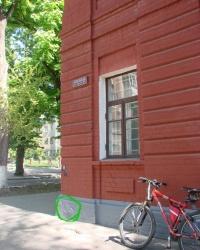 Нивелирная марка на углу улиц Чернышевской и Каразина.