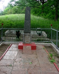 Братская могила в парке около пруда Чкаловка. Люботин