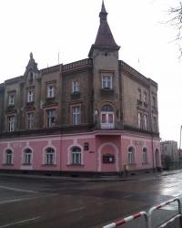 Нивелирная марка на здании немецкого общества в Олесно