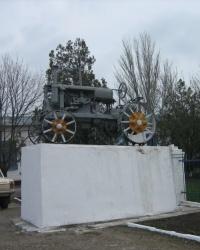 Трактор «Универсал-2» на постаменте в Приморске