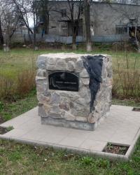 Пам'ятний знак жертвам Чорнобильської катастрофи біля школи №2 у м.Дергачі