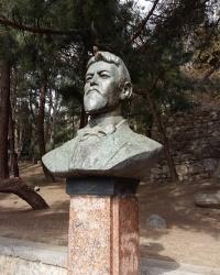 Бюст А.П.Чехова и панно с героями его произведений в городе Ялта