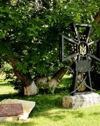 Пам'ятний хрест на місці поховання сотника І.М.Компанійця і пам'ятна дошка на честь похованих на території монастиря гайдамаків