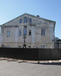 Пам'ятний хрест розстріляним політв'язням і масове поховання біля колишнього монастиря бригідок