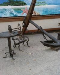 Кресло, скелет рыбы и дырявая кружка