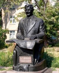 Памятник Александру Ивченко в Токмаке.