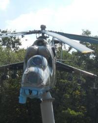 Вертолет Ми-24 на постаменте в Запорожье