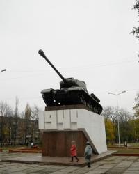 Памятник освободителям танк ИС-2 на постаменте в г. Никополь