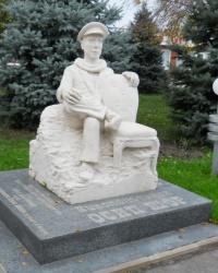 Памятник О́сипу Беньями́новичу Шору – прототипу Остапа Бендера в Никополе