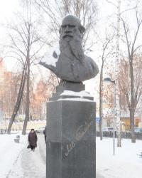Памятник Льву Толстому в Казани